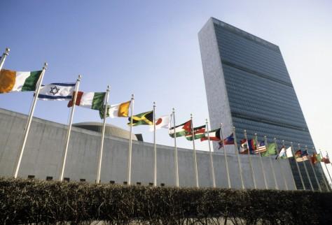 FN-skrapan med medlemsstaternas flaggor framför_ UN Photo John Isaac