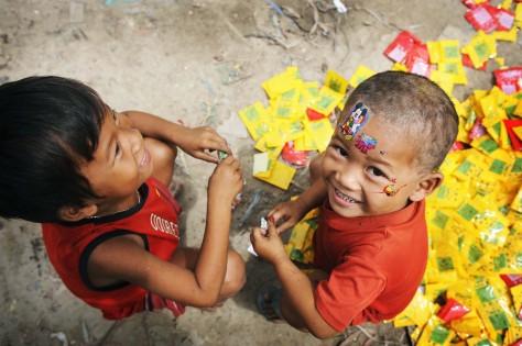 Några barn leker i ett slumområde i Kambodja. UN/Photo Kibae Park