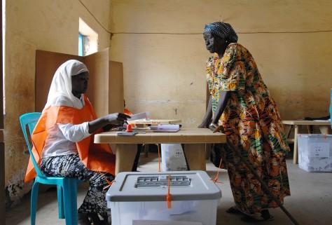 En kvinna lämnar sin röst i Sudans första val på 24 år där flera partier deltog. UN/Photo Tim Mckulka