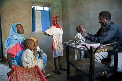 En läkare besöker en sudanesisk familj för hälsokontroll i hemmet. UN/Photo Gonzalez Farran