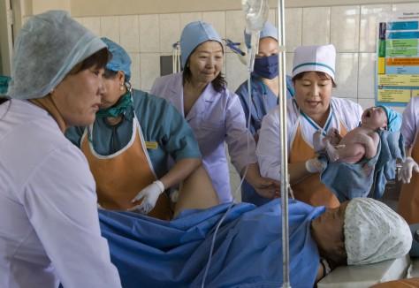 En kvinna i Mongoliet föder barn med utbildad personal närvarande. UN/Photo Eskinder Debebe