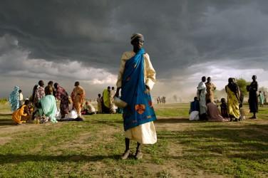 En äldre kvinna i Sudan väntar på en matleverans. Foto: Tim McKulka, UN/Photo