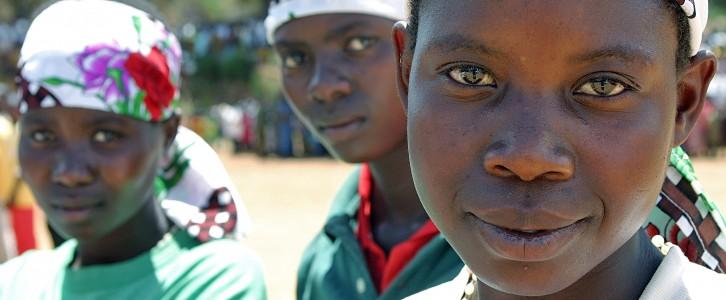 Genom UNICEF:s projekt Back to School har dessa flickor i Burundi kunnat återgå till skolan. Foto: Martine Perret, UN/Photo