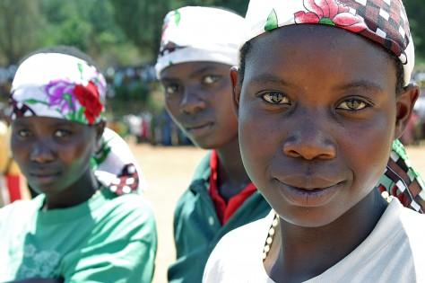 Genom Back to School-projektet i Burundi har dessa tonårsflickor fått möjlighet att återgå till skolan. UN/Photo Martine Perret