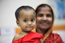 En mor med sin dotter vid ett hjälpcenter i Dhaka, Bangladesh. UN/Photo David Ohana.