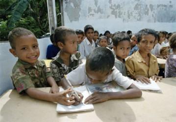 Några skolbarn i Östtimor övar sig på att skriva. UN/Photo Eskinder Debebe.