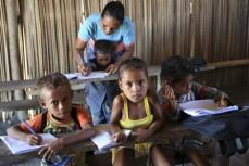 Några barn i en liten byskola i Östtimor är sig läsa och skriva. UN/Photo: Martine Perret.