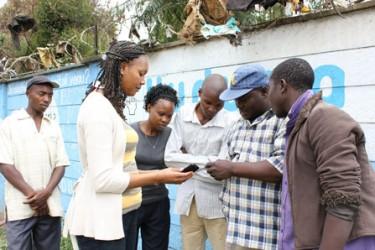 Invånarna i Kibera sms:ar för millenniemålen.