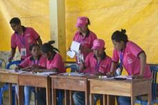 Några valarbetare stämmer av röstlistor och valsedlar under parlamentsvalet i Östtimor i juli 2012. Foto: UN/Photo Martine Perret.