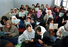 Några flickor i Zarghuna Girls School i Afghanistan övar läsning. UN/Photo: Eskinder Debebe.
