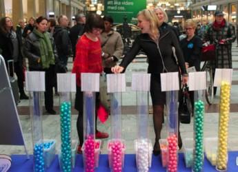 Biståndsminister Gunilla Carlsson röstar på mål 5 om förbättrad mödrahälsa under FN-dagfirandet på Stockholm central. Foto: UN Women Sverige, Linn Wexell.