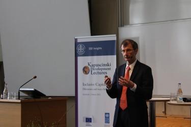 Kevin Watkins vid tisdagens Kapuscinski-föreläsning. Foto: Elias Radelius.