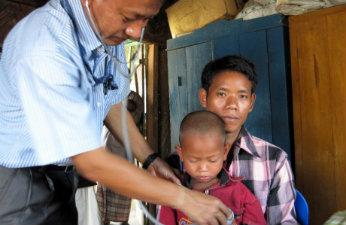 Treåriga Hridoy och hans papa Joykumar Chakma få vård på en klinik i Bangladesh