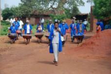 Kvinnor återvinner som en del av ett återintegreringsprojekt i Burundi.