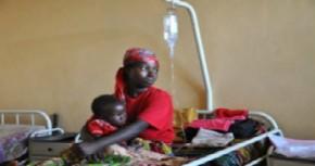 Regeringen i Burundi erbjuder gratis sjukvård för gravida kvinnor och barn under fem år. Här återhämtar sig en kvinna och barn från malaria.