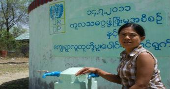 Kvinnor i Myanmar utbildas i finansfrågor av UNDP.
