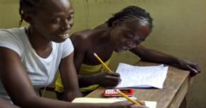 Några-kvinnor-på-Haiti-får-lära-sig-läsa-och-skriva-UN-Photo-Logan-Abassi.jpg