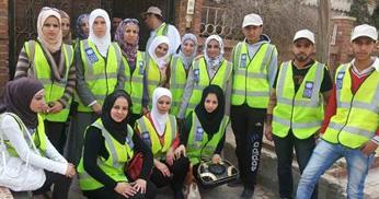 Arabiska ungdomar volontär-arbetar.